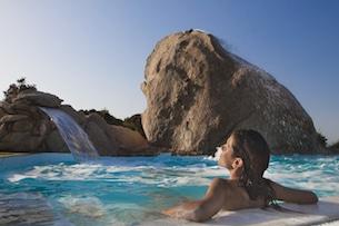 sardegna-resort-valle-dell-erica-benessere_piscina_ragazza_orizzontaleRGB