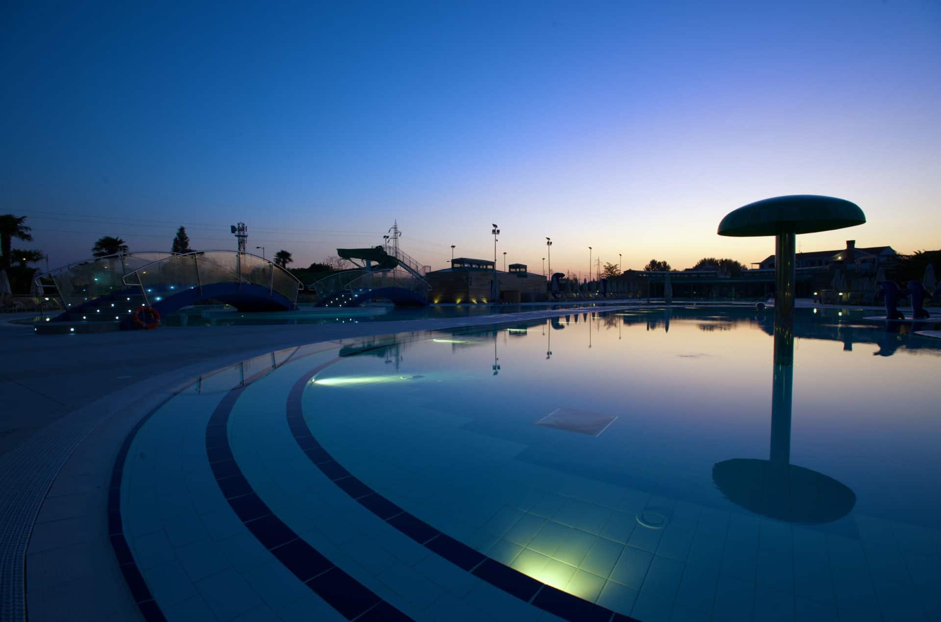 Campeggi a Venezia Europa Village Camping, piscina di notte