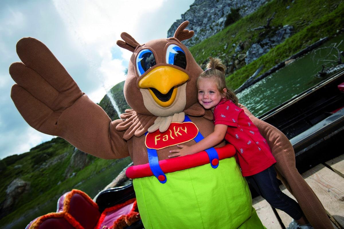 Family Hotel Austria: Hotel Sonnenalpe a Nassfeld in Carinzia, la mascotte Falky