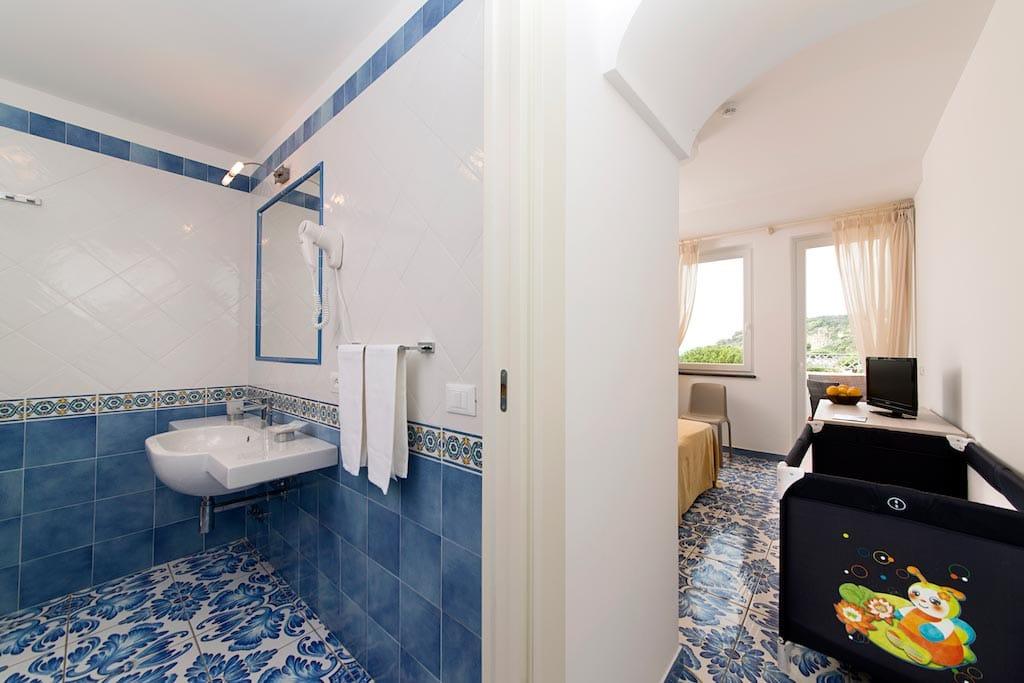 Hotel per bambini a Ischia: Family Hotel & Spa Le Canne, bagno e camera