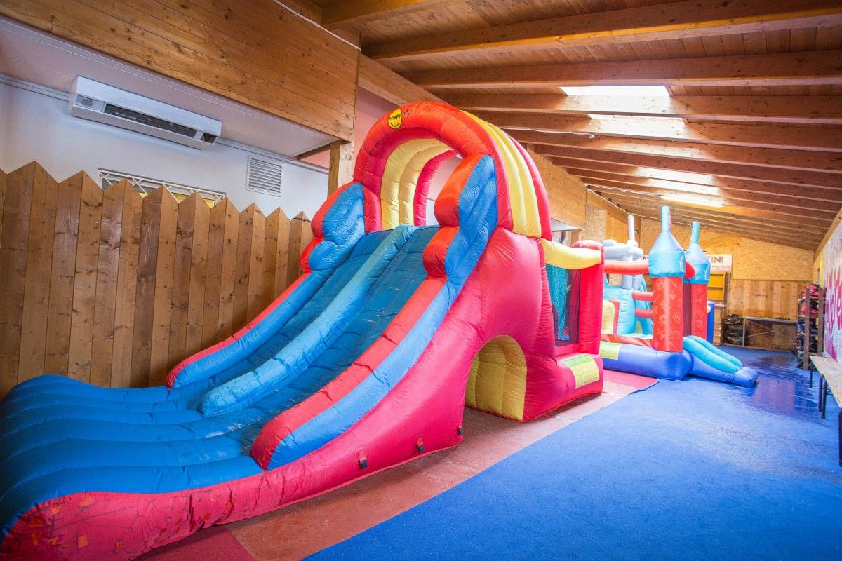 Monte Baldo hotel per bambini: Family hotel La Betulla, gonfiabili