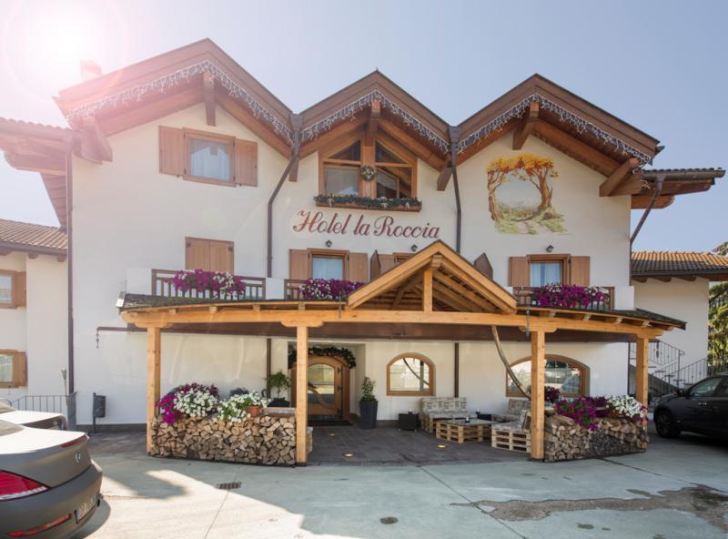 Hotel La Roccia Trentino, Val di Fiemme, ingresso retro