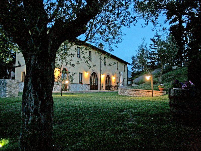 Agriturismo per famiglie in Umbria Casale degli Olmi notturna