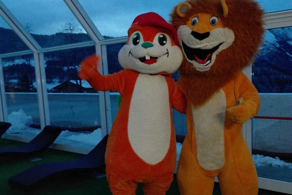 Monte Baldo hotel per bambini: Family hotel La Betulla, mascotte in piscina