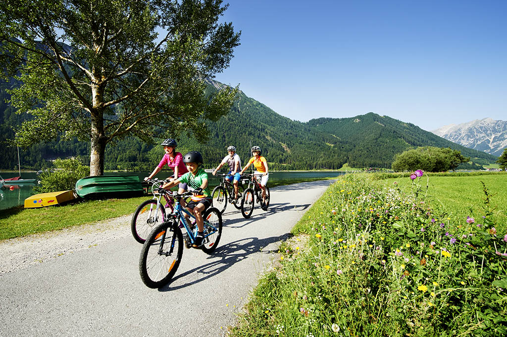 autria-tirolo-achensee-Familientour-am-Radweg-in-Richtung-Maurach-Buchau-®Achensee Tourismus (1)