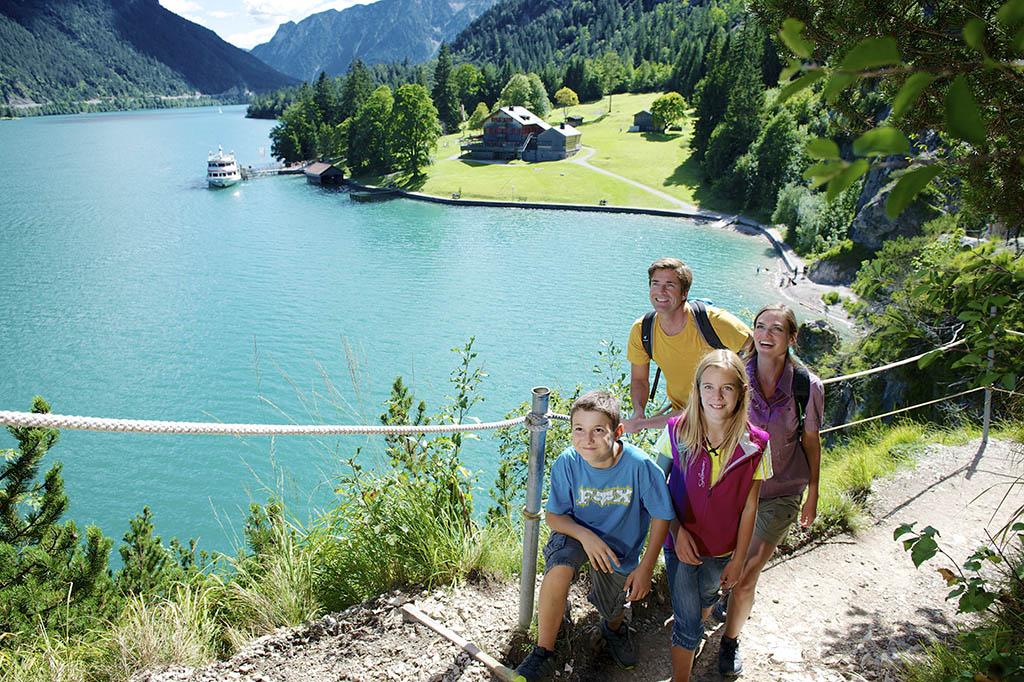 autria-tirolo-achensee-Familienwanderung-am-Mariensteig-in-Richtung-Achenkirch_dahinter-die-Gaisalm-®Achensee Tourismus (7)
