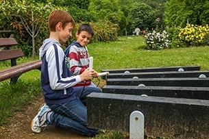 Calcidica con bambini, parco di Aristotele