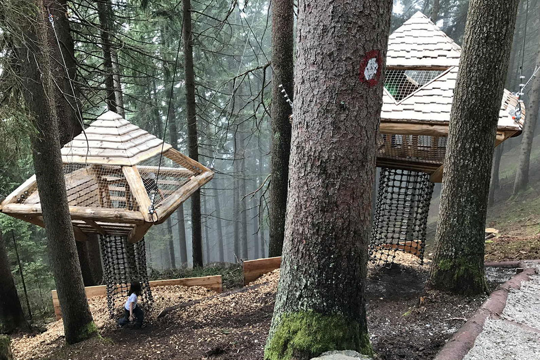 austria-tirolo-valle-stubai-con-bambini-sentiero-alberi-case-cover